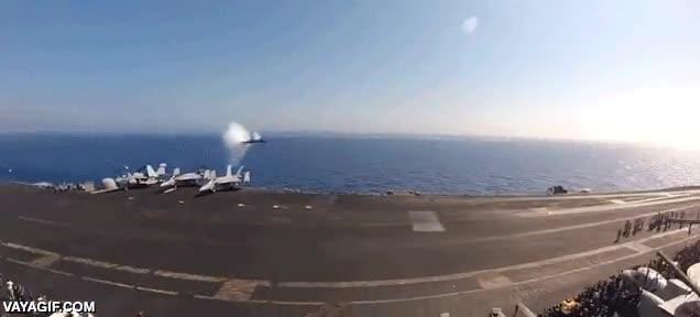 Enlace a Un F-18 rompiendo la barrera del sonido al pasar por encima de un portaaviones