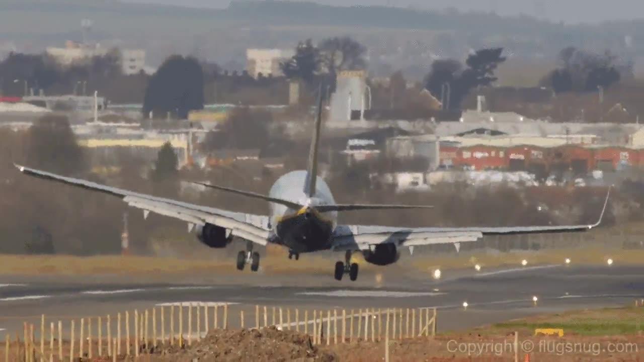 Enlace a Aterrizando un avión de pasajeros con fuerte viento lateral, rozando el derrape
