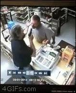 Enlace a Este dependiente de tienda no se está con tonterías con los atracadores