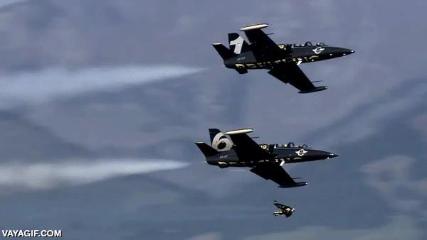 Enlace a Aquí puedes ver 3 pilotos haciendo maniobras aéreas juntos, pero uno no va en avión
