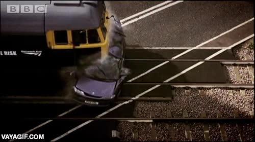 Enlace a Procura no estar dentro de un coche si un tren se te viene encima, no saldrás muy bien parado