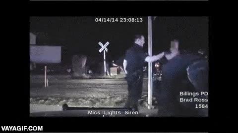 Enlace a Un agente de policía se desmorona al verse forzado a abatir a tiros a un delincuente drogado