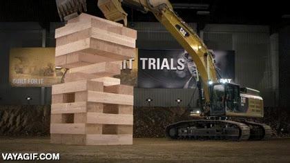 Enlace a Un Jenga de 8 toneladas jugado por grúas y excavadoras
