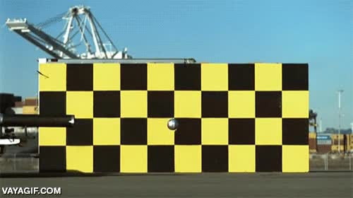 Enlace a Los cazadores de mitos disparan un balón de fútbol a 80 km/h desde un coche a esa misma velocidad