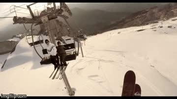 Enlace a Un esquiador se la juega utilizando la llegada del telesilla como rampa para saltar