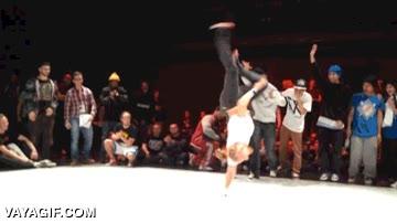 Enlace a Ganando una batalla de breakdance usando solo un brazo