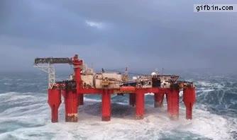 Enlace a Así se mueve una plataforma petrolífera con el mar embravecido