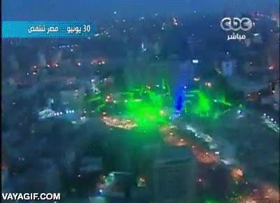 Enlace a Manifestantes egipcios apuntan con lásers verdes al helicóptero del ejército como protesta