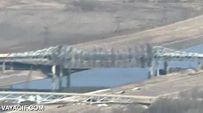 Enlace a Observando la demolición de un puente desde un helicóptero