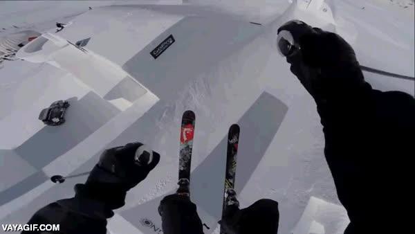 Enlace a Por si este snow park no fuese suficientemente extremo, atención a este esquiador