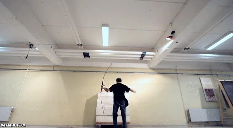 Enlace a El arquero más rápido del mundo es capaz de partir en dos una flecha que ha sido disparada hacia él