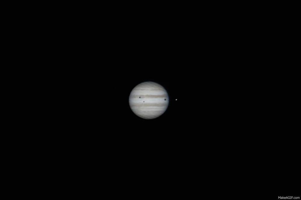 Enlace a Las sombras que proyectan tres de sus lunas sobre Jupiter