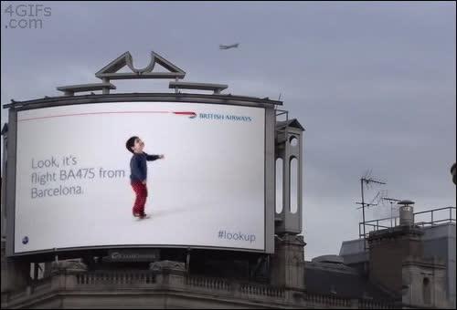 Enlace a No sé si es casualidad, pero el timing de la valla publicitaria animada y el avión van clavados