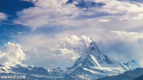 Enlace a La belleza de las nubes sobre un pico nevado