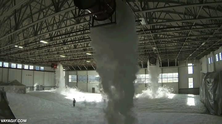 Enlace a ¿Cómo sería llenar de espuma todo un hangar de aviones?