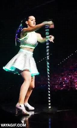Enlace a La gente se preguntaba por qué la correa de la Wii para el micro de Katy Perry en la SuperBowl