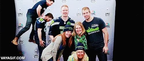 Enlace a Chris Pratt y Chris Evans trolleando las fotos familiares de los asistentes a la Super Bowl