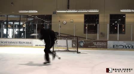Enlace a Un lanzamiento increíble de hockey sobre hielo