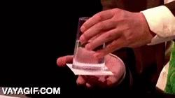 Enlace a Uy sí, el truco del vaso de agua que se tapa con un cartón y le das la vuelta y... ¿CÓMO?