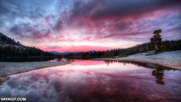 Enlace a Ese momento mágico del día en que el río se convierte en un auténtico espejo