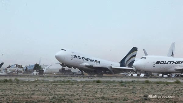 Enlace a El morro de un Boeing 747 aparcado levantándose por el fuerte viento