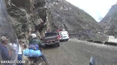 Enlace a Conduciendo por una carretera de montaña cuando de repente...
