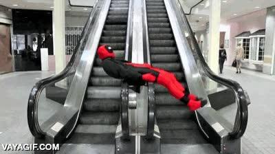Enlace a Deadpool aprovechando sus horas muertas en el centro comercial