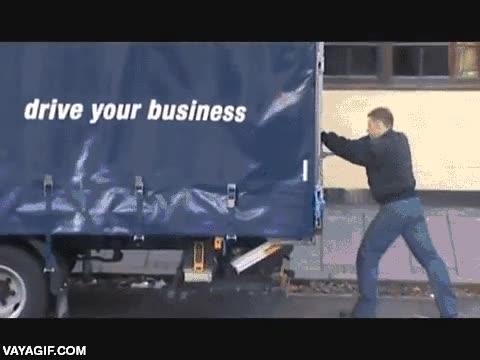 Enlace a Atrapan a un ladrón en un camión de mercancía hecho de barrotes y lo exhiben por la calle