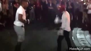 Enlace a Un tío reta a un boxeador profesional a un combate callejero y la cosa acaba como tiene que acabar