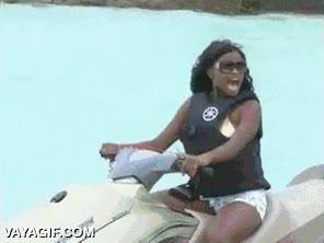 Enlace a Cuando posar en una moto acuática para hacerte la foto es más peligroso que conducirla