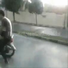 Enlace a ¡Mira, me puedo bajar en marcha de la moto!