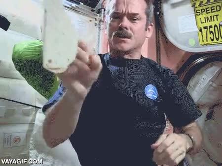 Enlace a No es tan fácil comer tacos en el espacio
