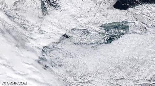 Enlace a Uno de los grandes lagos congelándose en un increíble time-lapse