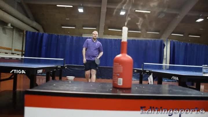 Enlace a Apagando una vela con una pelota de ping pong desde mucha distancia