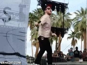 Enlace a Algunos cantantes lo dan todo en el escenario