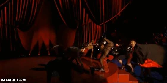 Enlace a Madonna cayéndose del escenario, ya lo decían que usar capas no era buena idea