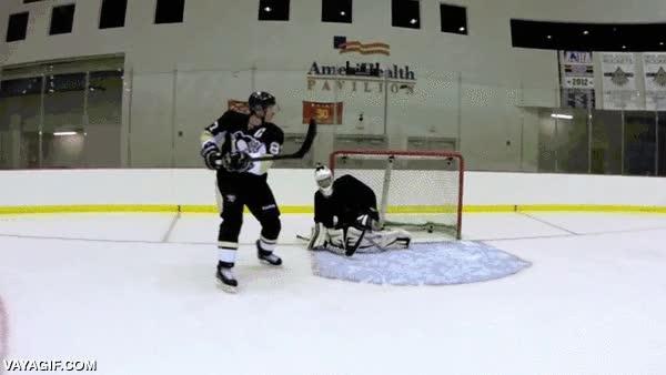 Enlace a Sidney Crosby vacilando al portero de hockey sobre hielo a cámara lenta