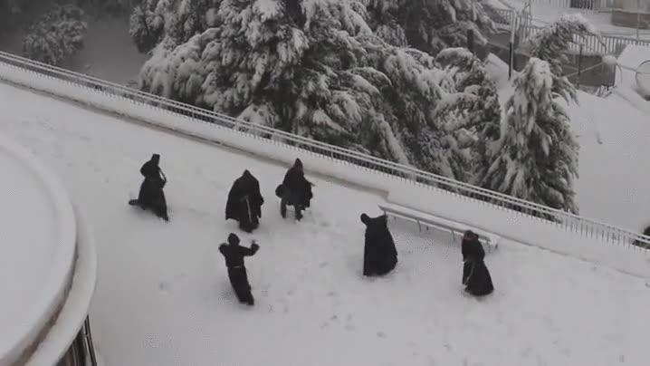 Enlace a Los monjes franciscanos también saben pasárselo bien en la nieve