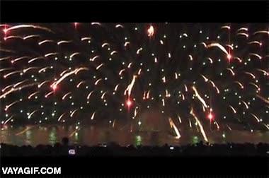 Enlace a Impresionante demostración de fuegos artificiales desde el agua