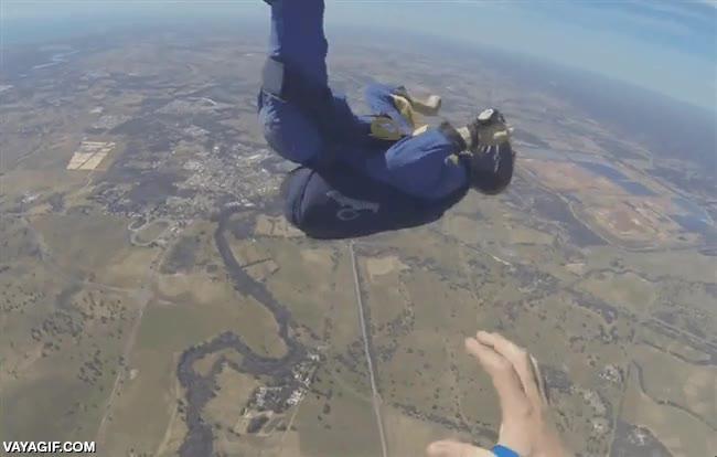 Enlace a Un paracaidista se desmaya en plena caída y su instructor llega a tiempo de salvarlo