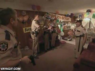 Enlace a No sé si es buena idea hacerle una fiesta sorpresa a un policía en su casa