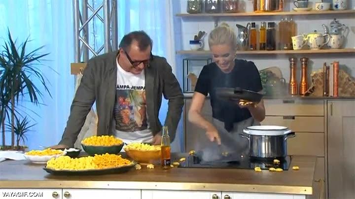Enlace a Intento de cocinera liándola en directo en un programa de la tele sueca