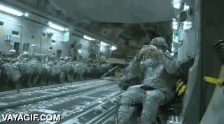 Enlace a El 517º escuadrón aerotransportado del ejército de Estados Unidos dejando caer sus humvees