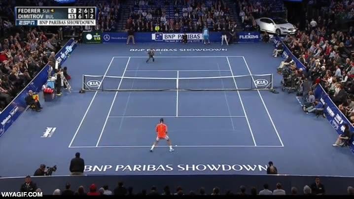 Enlace a En un partido amistoso de tenis, invitan a este niño a jugar un punto con Roger Federer, ¡atención!