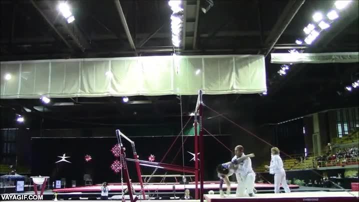 Enlace a Suerte de los reflejos del entrenador, sino esta joven gimnasta se desnuca