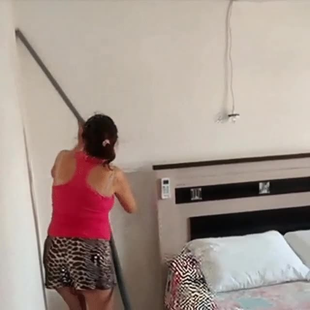 Enlace a Se nota que esta mujer sabe perfectamente cómo funciona el aspirador