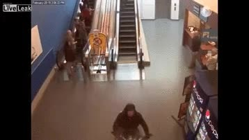 Enlace a Huir en moto por el centro comercial like a boss