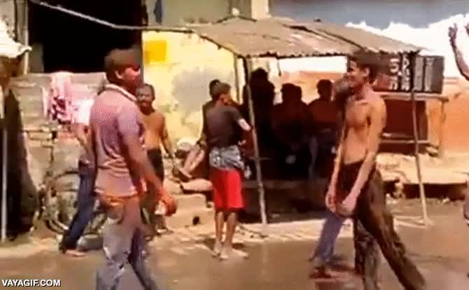 Enlace a La típica fiesta de baile en la calle y el típico amargado que no quiere fiesta