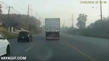 Enlace a El conductor temerario que salvó la vida por los pelos