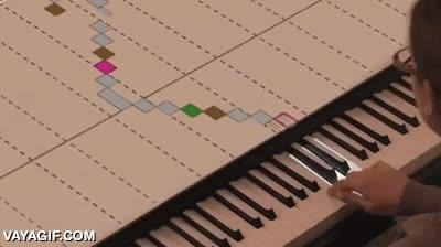 Enlace a Utilizar proyecciones en la tapa de un piano para enseñar a tocar, genial idea